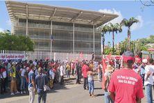 Des manifestants en soutien à l'intersyndicale de la santé étaient rassemblés devant le palais de justice (16/10/2021)