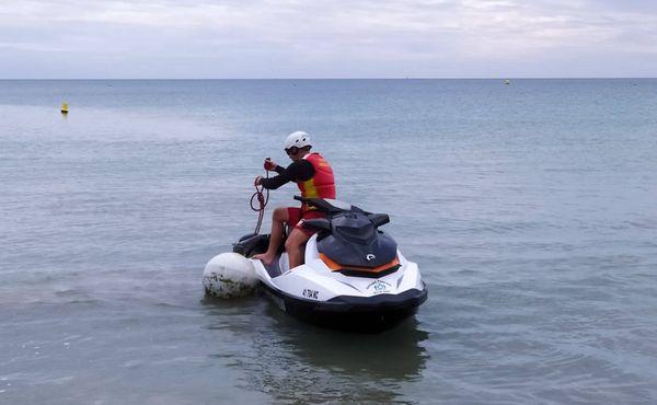 Ronde en moto marine des pompiers pour repérer un requin aperçu à la baie des Citrons.