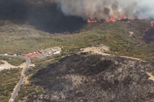 Vue aérienne incendie du Maïdo