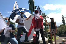 Enseignants et personnels de l'Education nationale mobilisés devant la mairie de Saint-Pierre.
