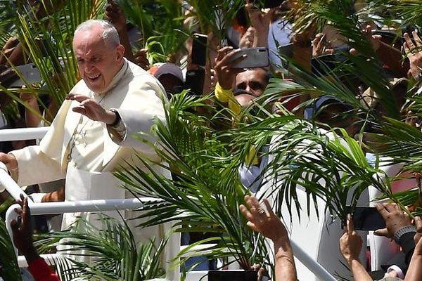 Le pape François célèbre une messe devant des milliers de fidèles, à Port-Louis à Maurice.