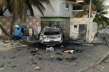Cette voiture a été incendiée par les émeutiers.