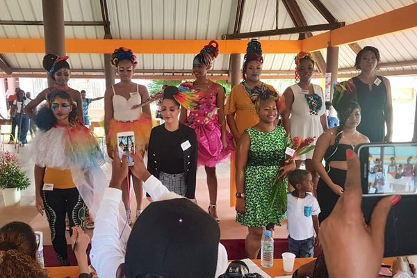 Le défilé de coiffures arc en ciel pour le championnat de beauté au CFA