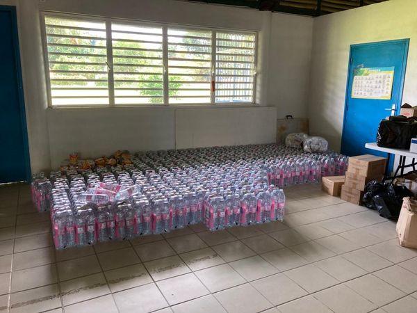 Bouteilles d'eau et denrées alimentaires acheminées pour les sinistrés des écarts de Grand-Santi