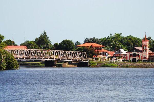 Le pont ainsi que le bourg de Sinnamary