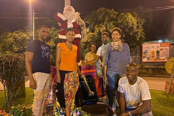 Aurélie Nella, la maire de Ducos (en orange) décore sa commune pour les fêtes de fin d'année