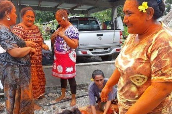 Femmes de Futuna enduite de ama