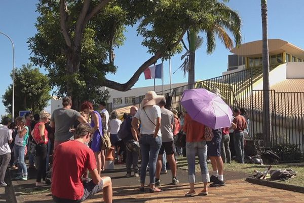 Des manifestants devant le rectorat pour dénoncer les mesures sanitaire.