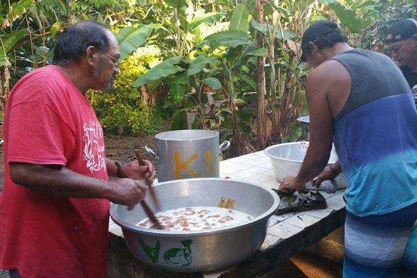 Préparation du four tahitien pour l'inauguration de l'école pastorale protestante à Tahaa