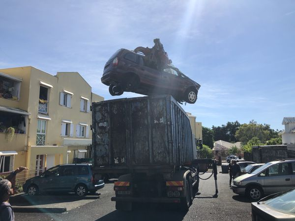 Une centaine de carcasses de voitures retirées des lotissements de Saint-Benoît