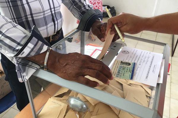 Opération de vote devant l'urne