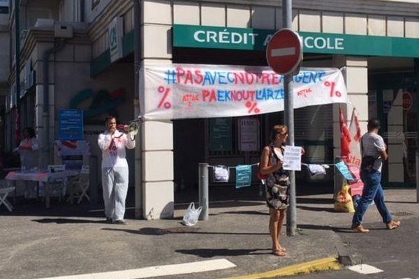 Des militants d'ATTAC Réunion ont manifesté ce samedi 15 septembre dès 9h30 devant le Crédit agricole de Saint-Pierre à La Réunion.