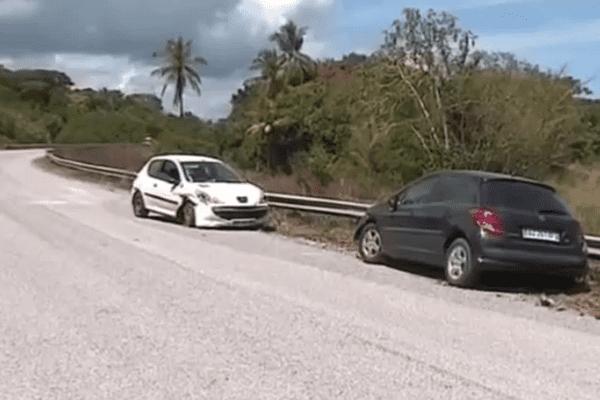 2 véhicules accidentés sur le bord de la RN1