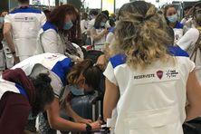 Des soignants de la réserve sanitaire s'apprêtent à embarquer pour Nouméa.
