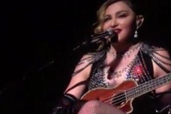 """Madonna jouant du ukulele et chantant """"La vie en rose"""" en français"""