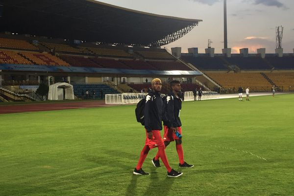 Pierre Bako et Josuah Hlemu au stade Indira Ghandi.