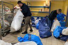 A la Poste de Saint-Pierre, on trie les colis avant Noël.