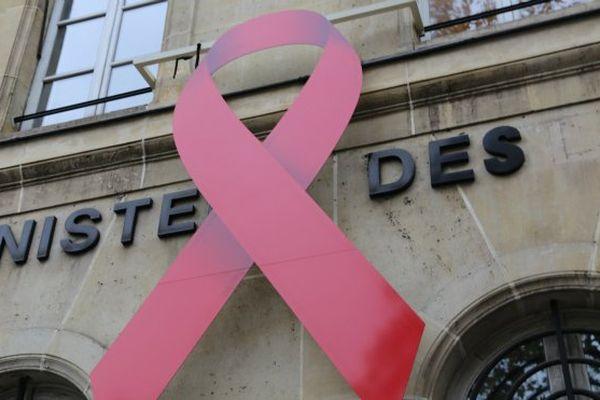 Symbole de la lutte contre le sida, un ruban rouge orne désormais la façade du ministère des Outre-mer.