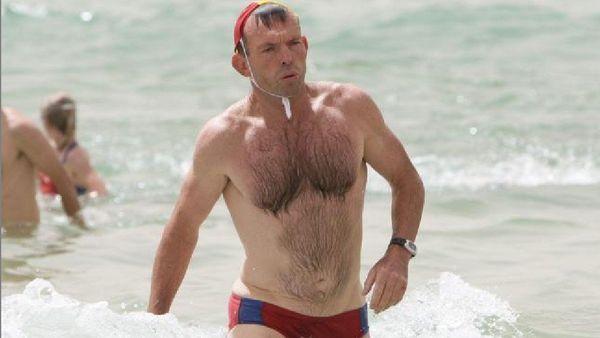 L'ancien Premier ministre Tony Abbott, portant un budgie smuggler.
