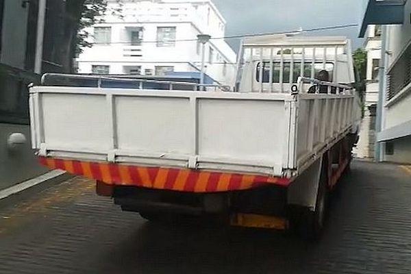 Camion plateau pour transporter les corps des enfants autopsiés