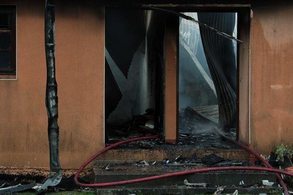 L'incendie ravage le premier étage de cette villa.