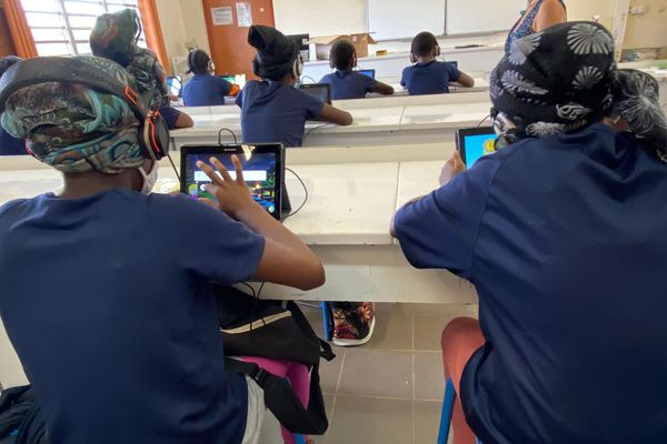 Apprentissage de la lecture avec tablettes numérique collège Mgombani