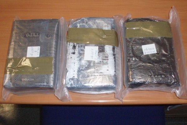 A l'intérieur de la valise, les douaniers découvrent 3,232 kilos de cocaïne