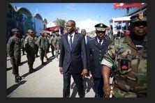 Le président d'Haïti, Jovenel Moïse avec à côté de lui, le lieutenant-général Jodel Lesage, commandant en chef des Forces Armées d'Haïti.