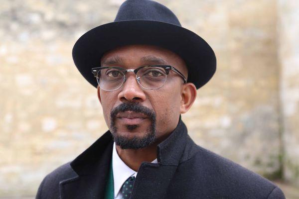 Karfa Diallo, président de Mémoires et partages, devant le fort du Ha