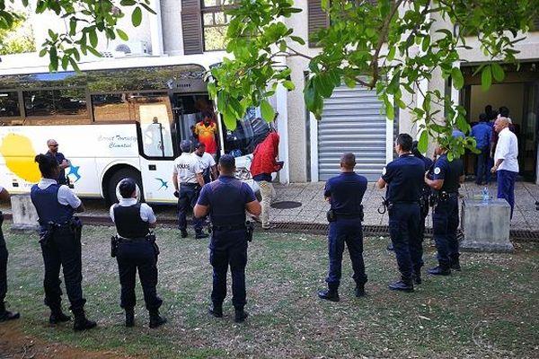 Les migrants sri-lankais sont arrivés au tribunal de Champ-Fleuri à Saint-Denis à bord d'un bus