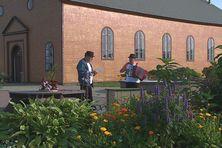 Joseph Tesnière à l'accordéon et Jean-Paul Briand au chant se produisent sur la Place des Ardilliers à Miquelon. Au menu, du musette.
