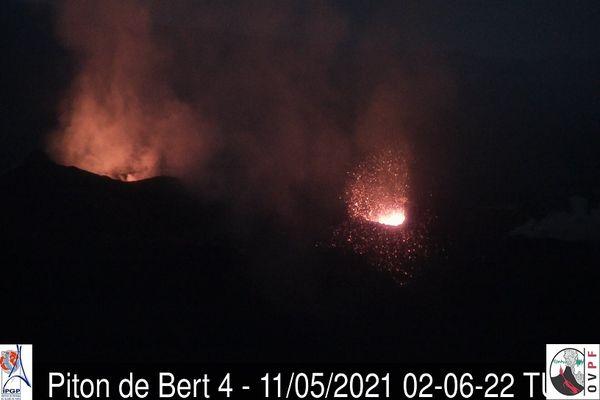 Eruption nuit Prise de vue des deux cônes éruptifs le 11 mai à 06h06 heure locale (02h06 UTC)