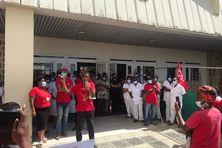 Mobilisation des membres de l'intersyndicale de la santé avant la visite des ministres.