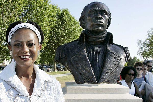 La ministre haïtienne de la Culture Magali Comeau Denis, le 10 juin 2005 devant le buste de Toussaint Louverture, père de l'indépendance d'Haïti et précurseur de la lutte contre l'esclavage.