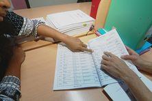 A la mairie du Mont-Dore, une habitante consulte la liste référendaire avant la consultation du 4 novembre 2018.
