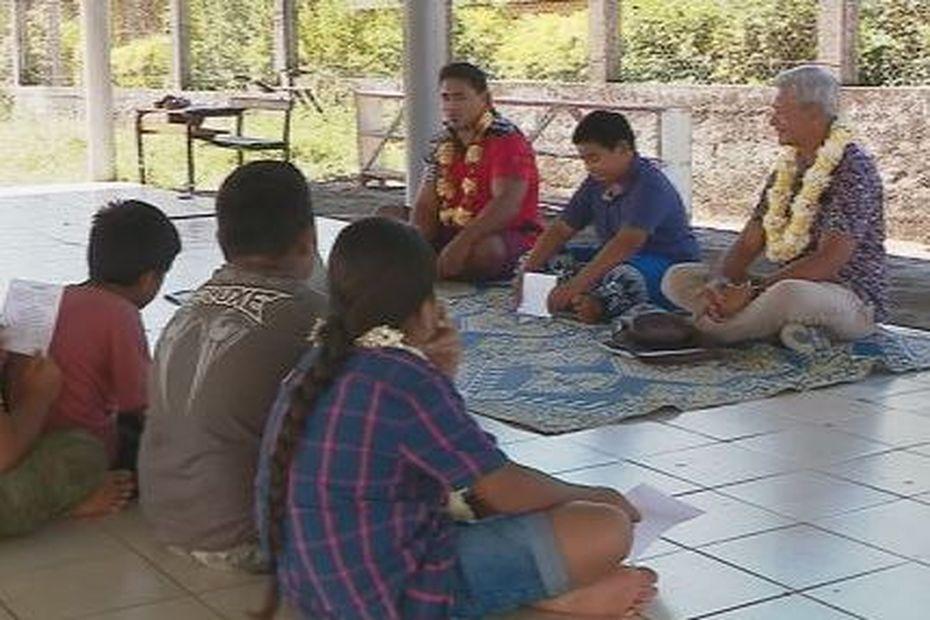 Wallis : un inspecteur des langues polynésiennes assiste à un cours de wallisien - Wallis-et-Futuna la 1ère