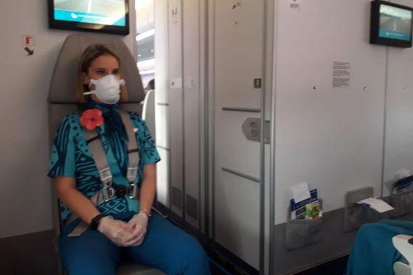 coronavirus : port du masque et de gants par le personnel d'air calédonie internationale