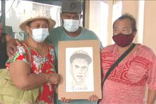 Torea Chan (à droite) a offert aux parents de Heimata, Josée et Pascal Neuffer (à gauche), un portrait en noir et blanc de leur fils.