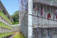 A gauche, le Centre de détention Tatutu de Papeari. A droite, le Centre pénitentiaire de Faa'a-Nuutania