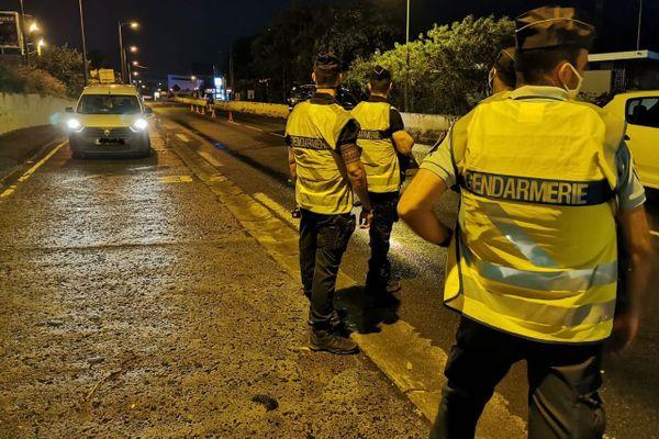 Contrôle de gendarmes à Schoelcher de nuit