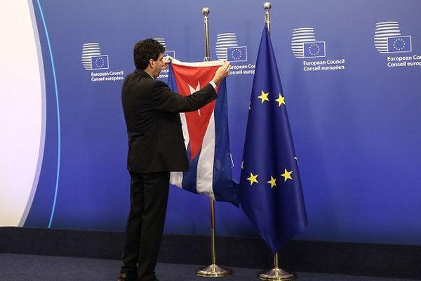 Drapeaux Cuba et Union Européenne