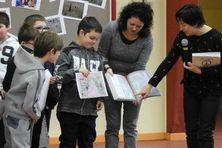 Sean se voit remettre le livre dans lequel figure son dessin, par la ministre Annick Girardin