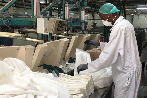 Coronavirus : pliage du linge à la blanchisserie du CHU de Martinique