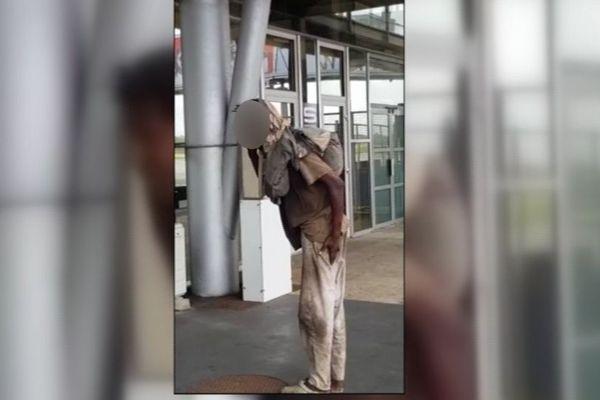 Un passager clandestin dans le train d'atterrissage d'un avion