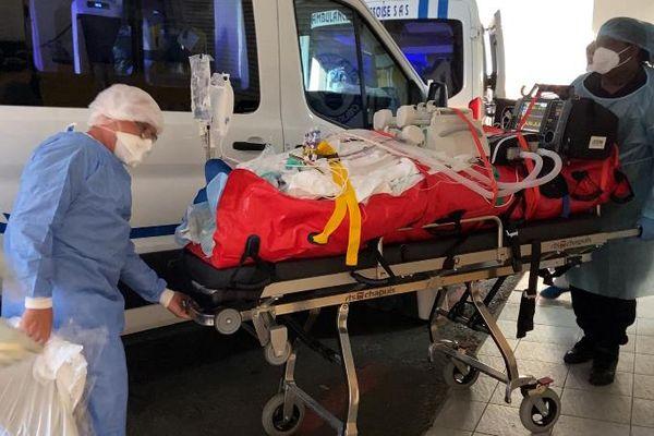 Arrivée à Orly des malades évacués