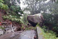 Un énorme bloc s'est détaché de la falaise au PR 1.400 de la RD52, la route de Grand Îlet.