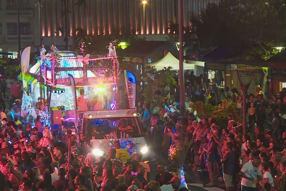"""Constellations de rythmes, de lumières et de couleurs à la """"Bet a fé"""" parade nocturne à Fort-de-France - Martinique la 1ère"""