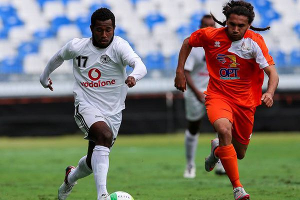 Marvin Drawilo (orange) tente de revenir sur le latéral droit fidjien