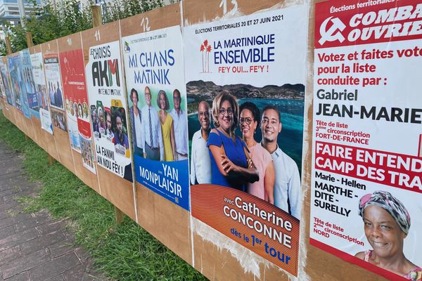 Les candidats sur les panneaux électoraux