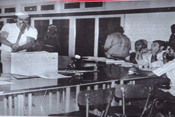 Eloi Machoro brise l'urne de Canala le 18/11/1984
